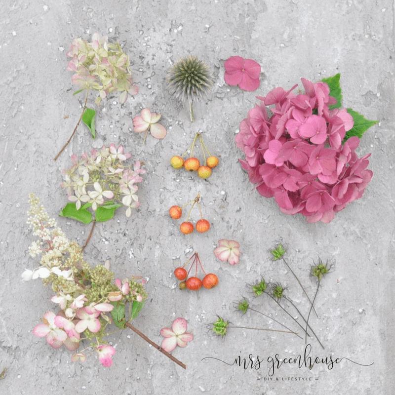 Blüten auf grauem Untergrund