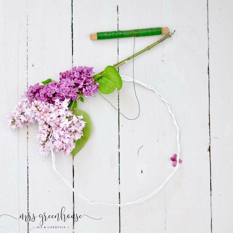 DIY - Ein romantischer Fliederkranz aus dem Garten und eine zarte Tischdekoration aus Hortensienblüten