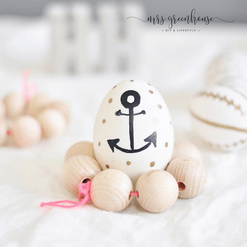 bemalte Ostereier und Eierbecher aus Holzperlen