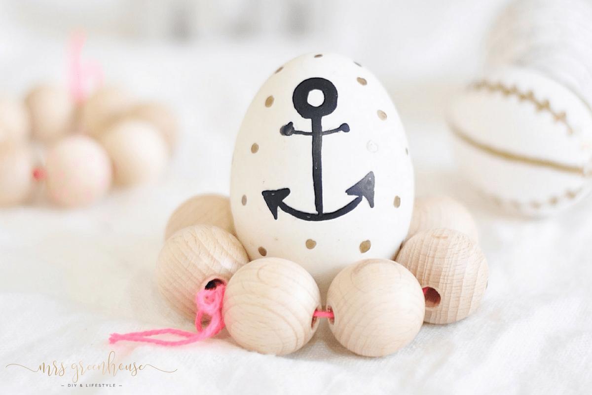 DIY bemalte Ostereier und Eierbecher aus Holzperlen