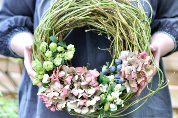 Herbstkranz aus Hopfen und Hortensien