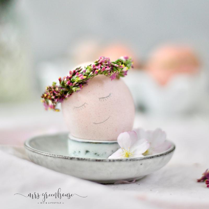 Osterei mit Blumenkranz