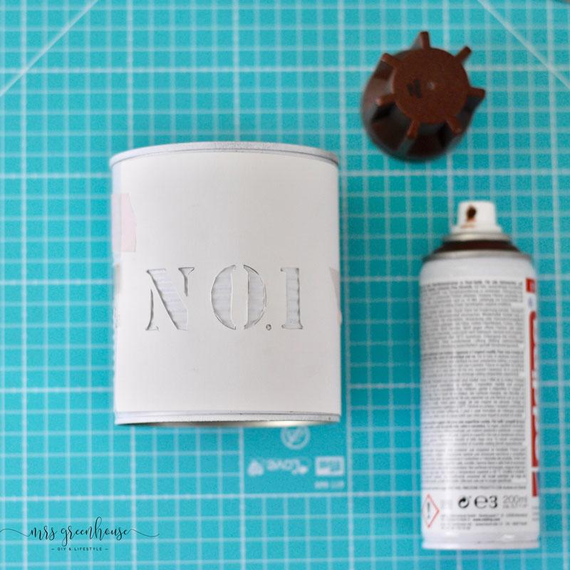 DIY Dosen-upcycling für coole Pflanztöpfe - Schablone auflegen