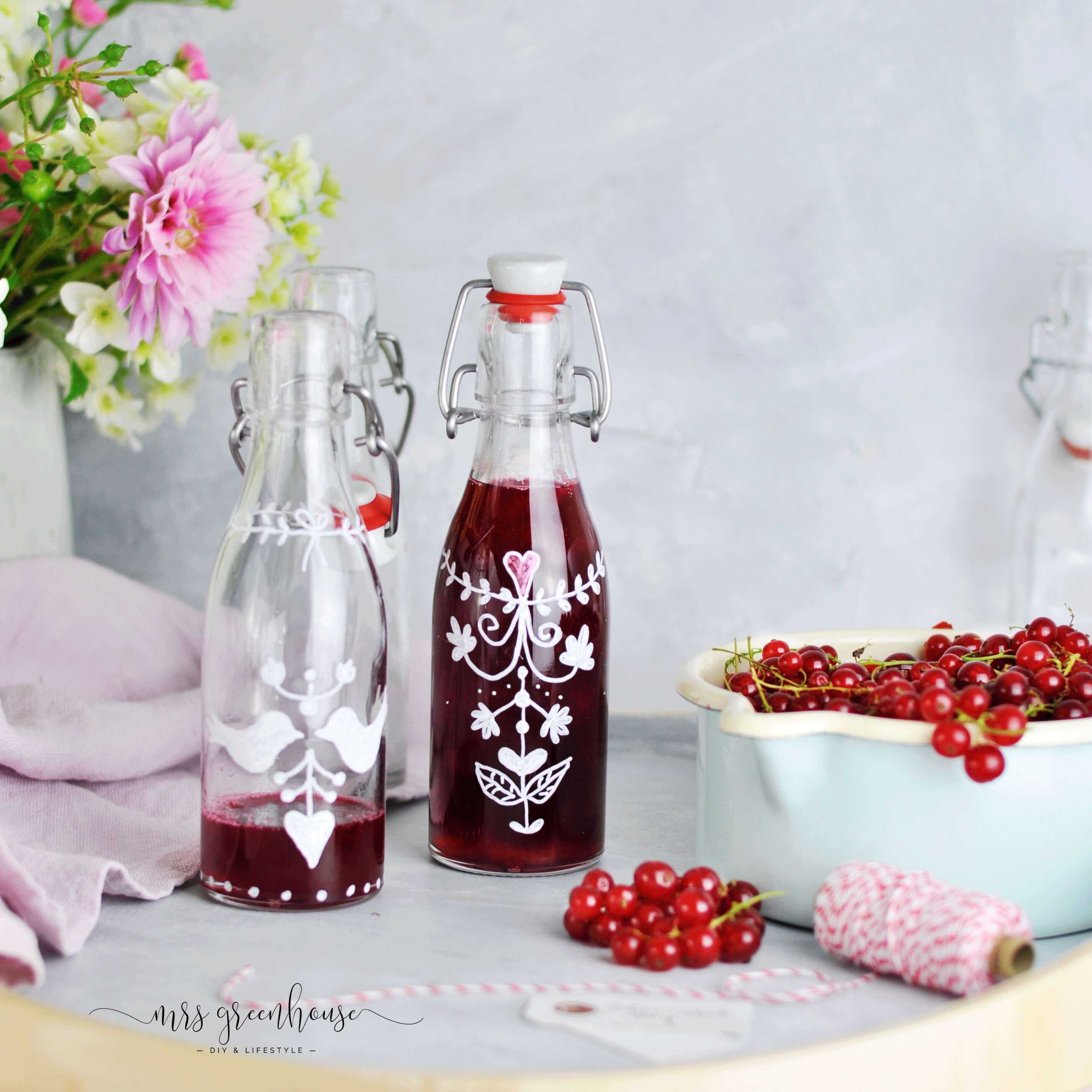Johannisbeersirup in bemalten Flaschen