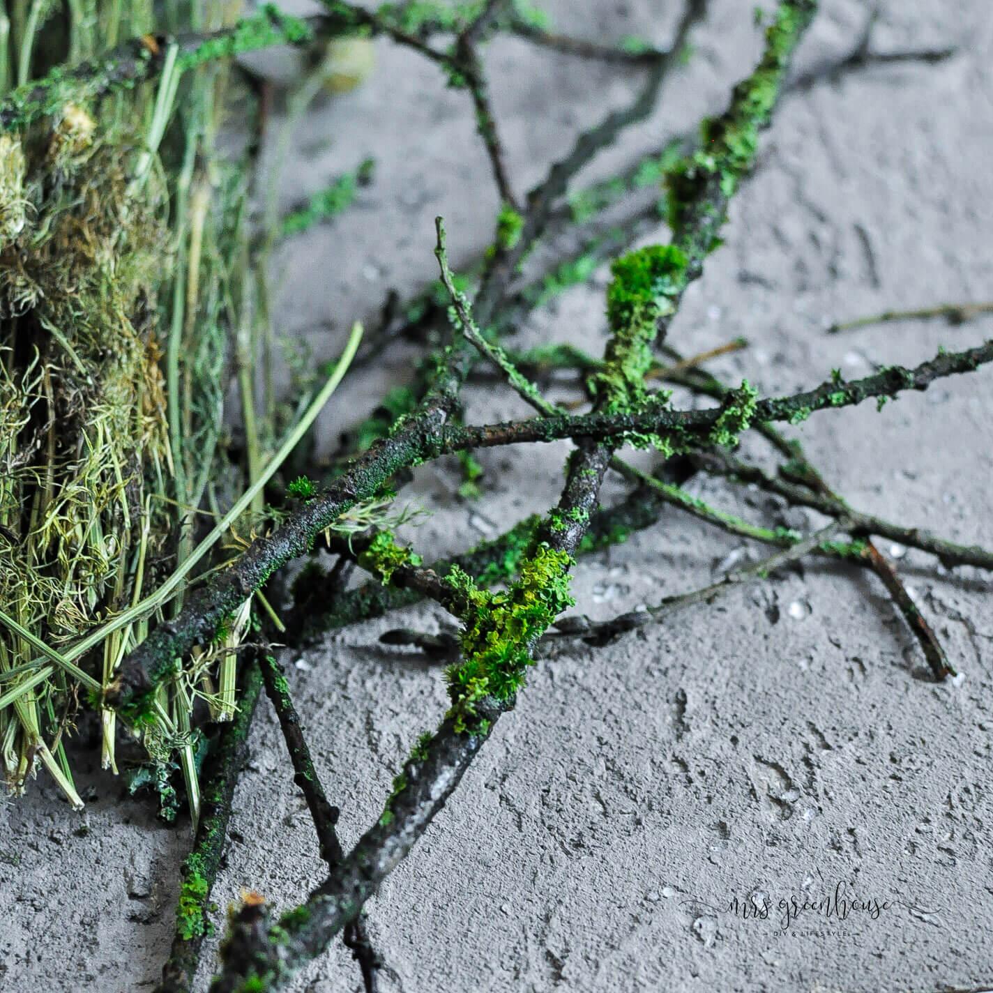 Bemooste Zweige für Halloween Blumenkranz