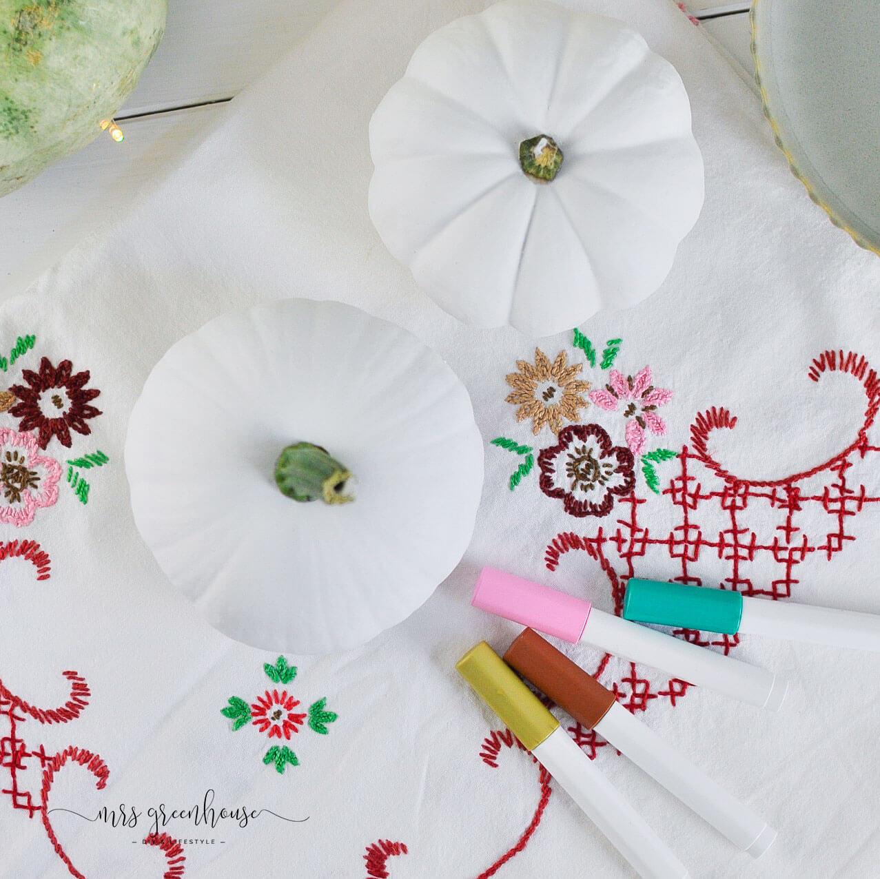 Kürbis mit Blumenmuster bemalen