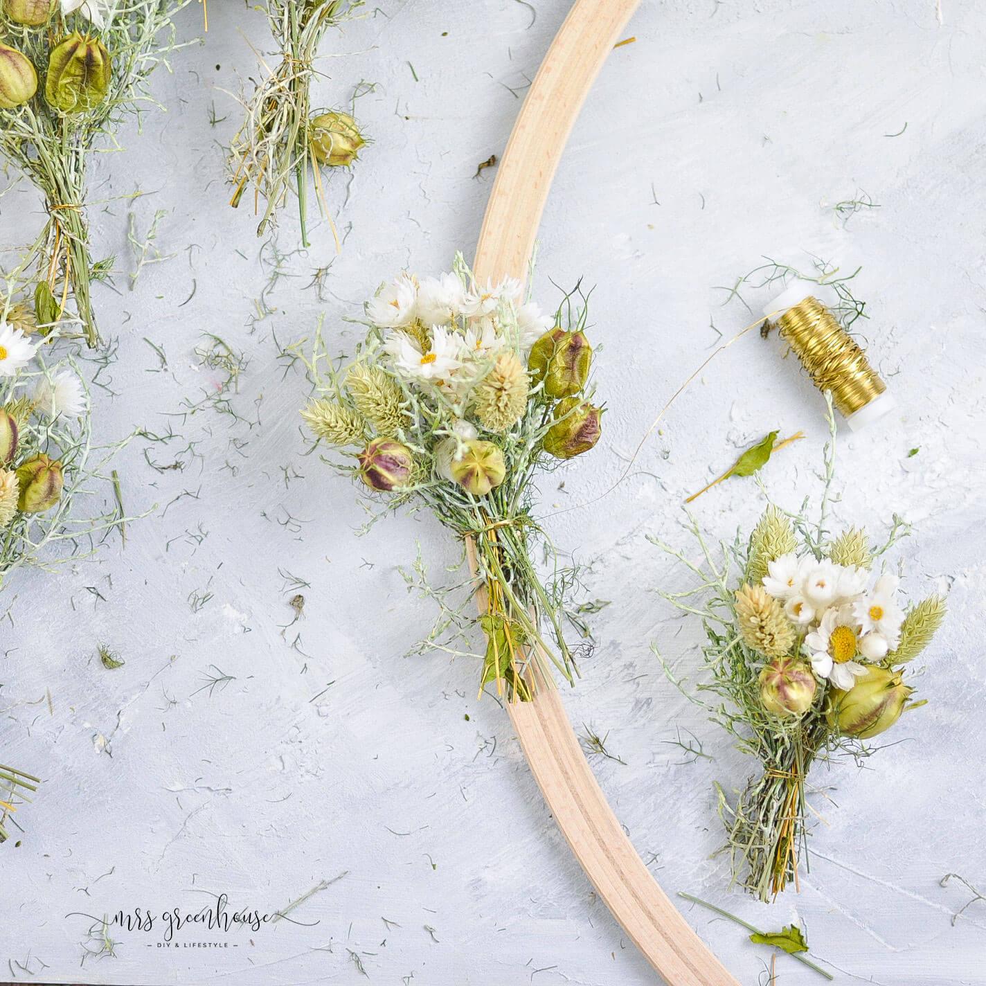 Trockenblumen Kranz im Hula Hoop Reifen