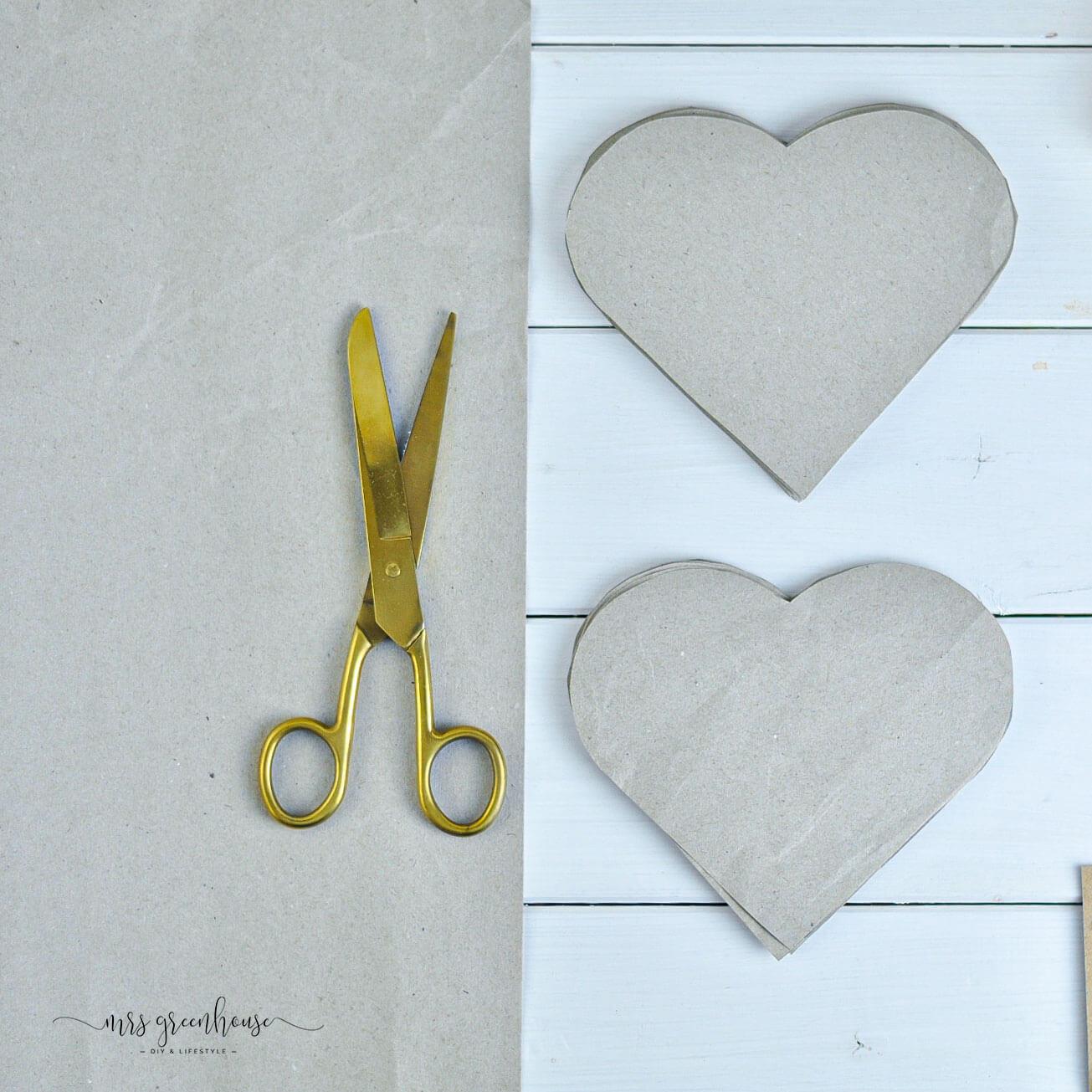 Adventskalender Herzen aus Papier ausschneiden