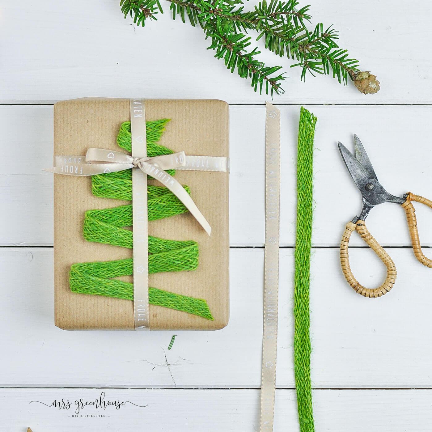 Tannenbaum aus Bändern auf Geschenk
