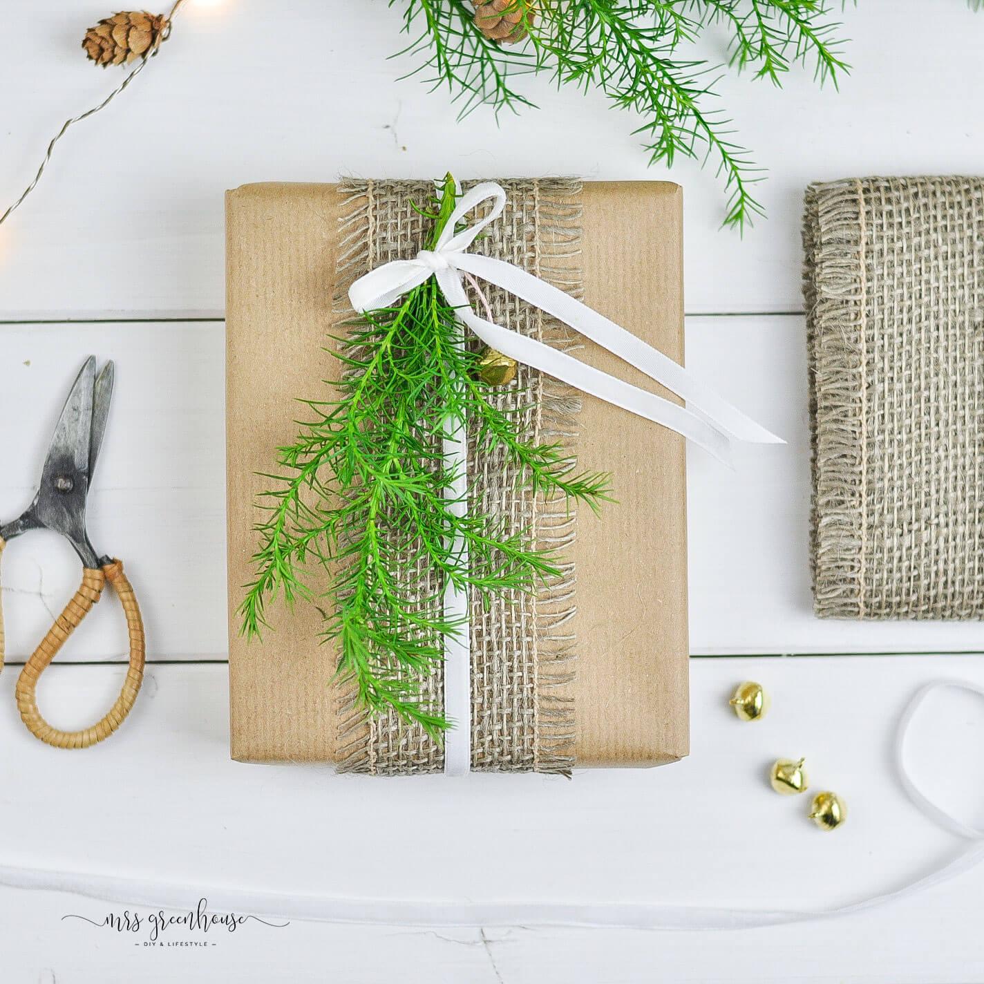 Geschenk mit Sisalband verpackt