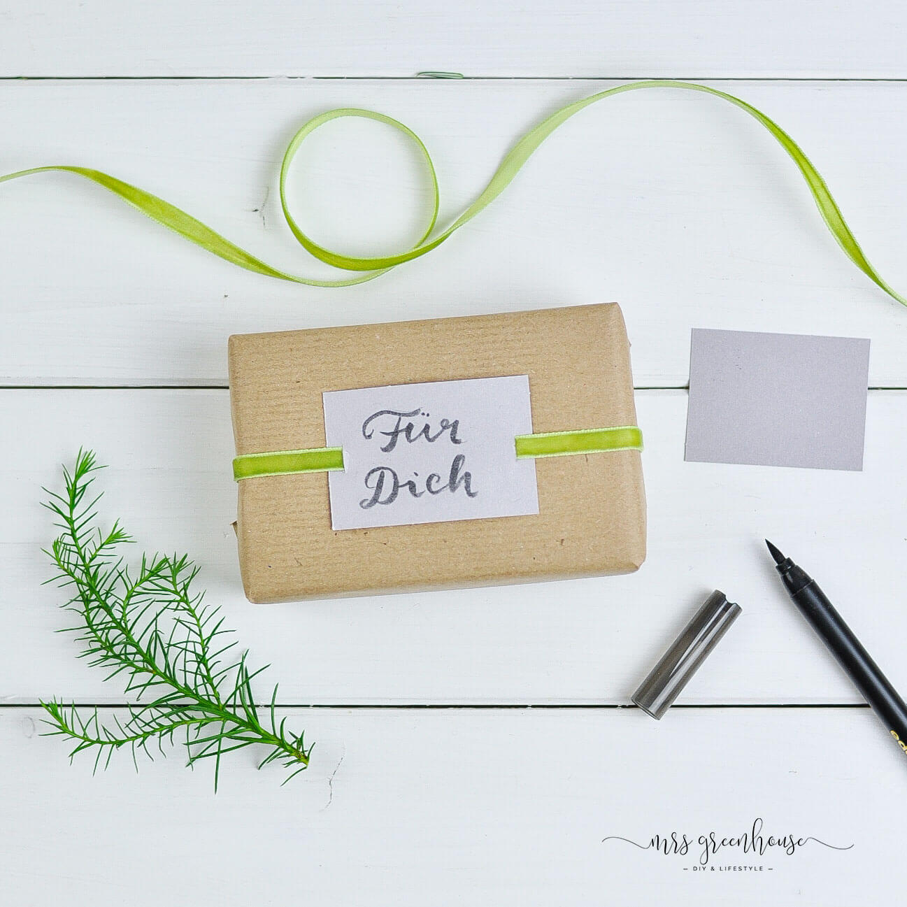 Geschenk mit Grußkarte und Band