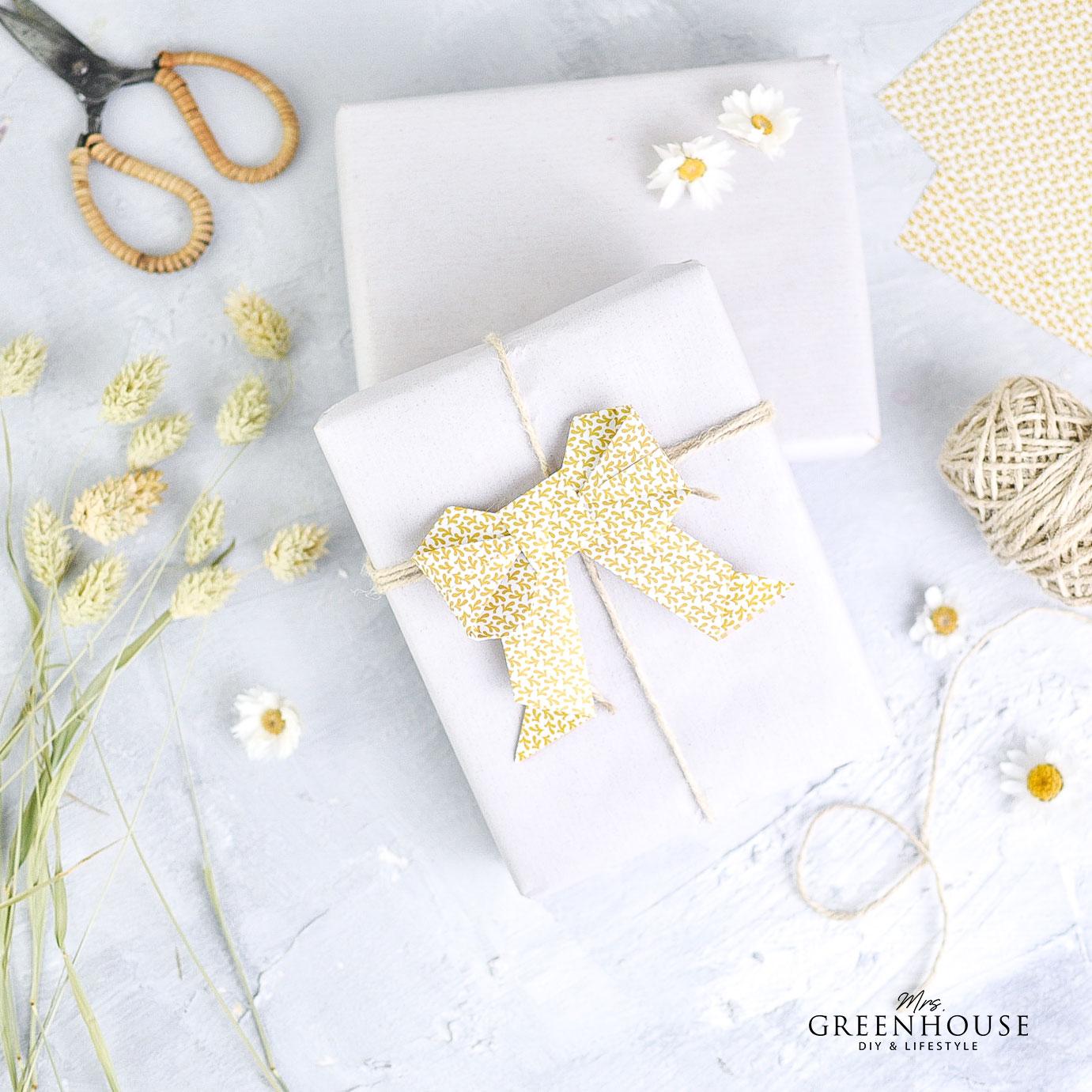 Origamischleife auf Geschenk