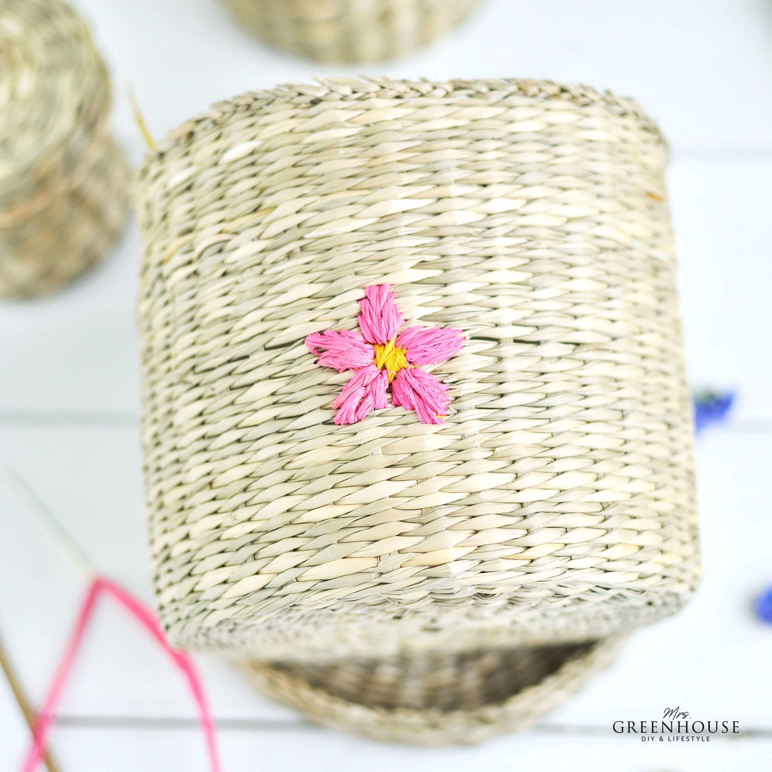 Blüte mit Raffiaband auf Korb sticken