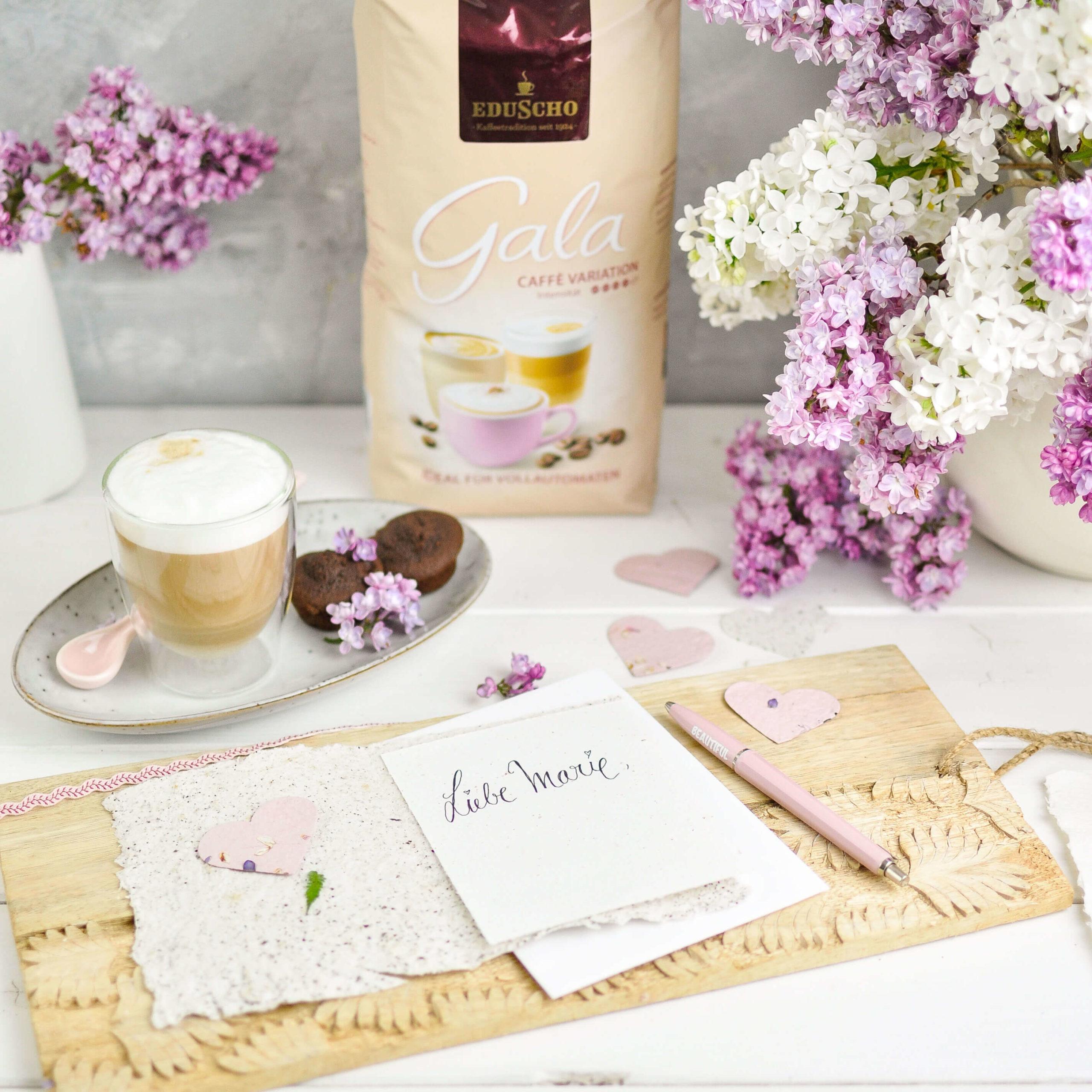 Handgeschöpftes Papier mit Kaffeesatz und Blüten