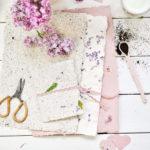 Papier schöpfen mit Kaffeesatz und Blüten