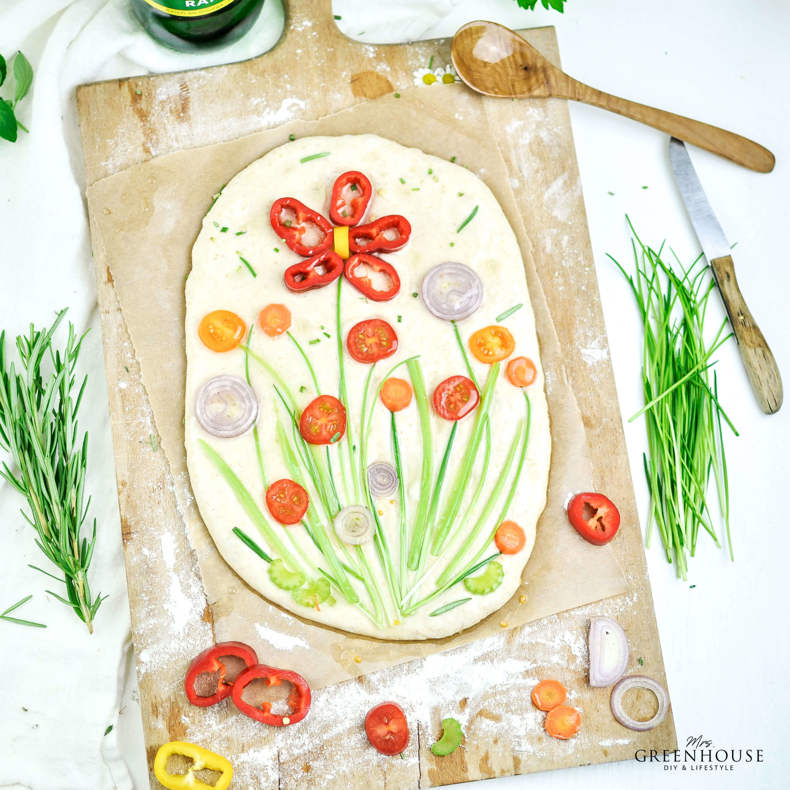 Flower Focaccia mit Gemüse belegen