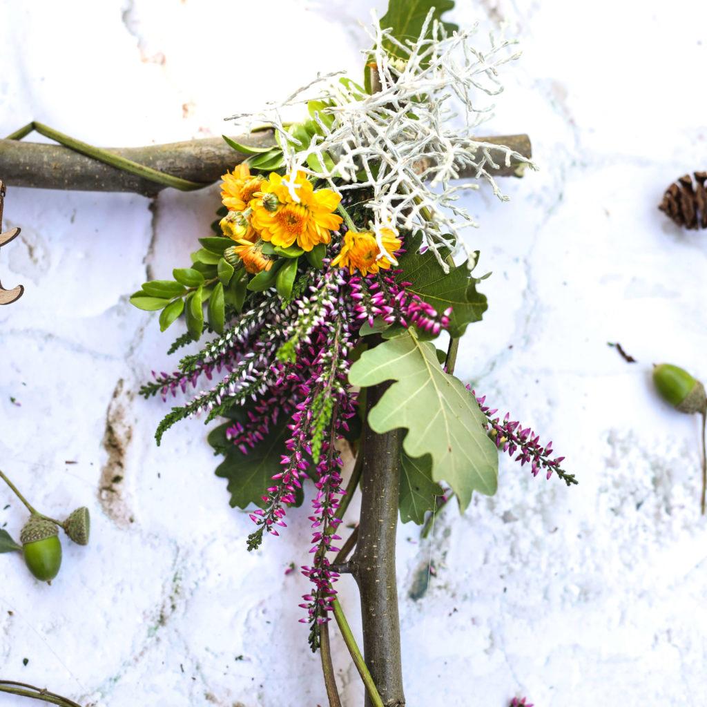 Dekoration mit Blumen am Holzrahmen