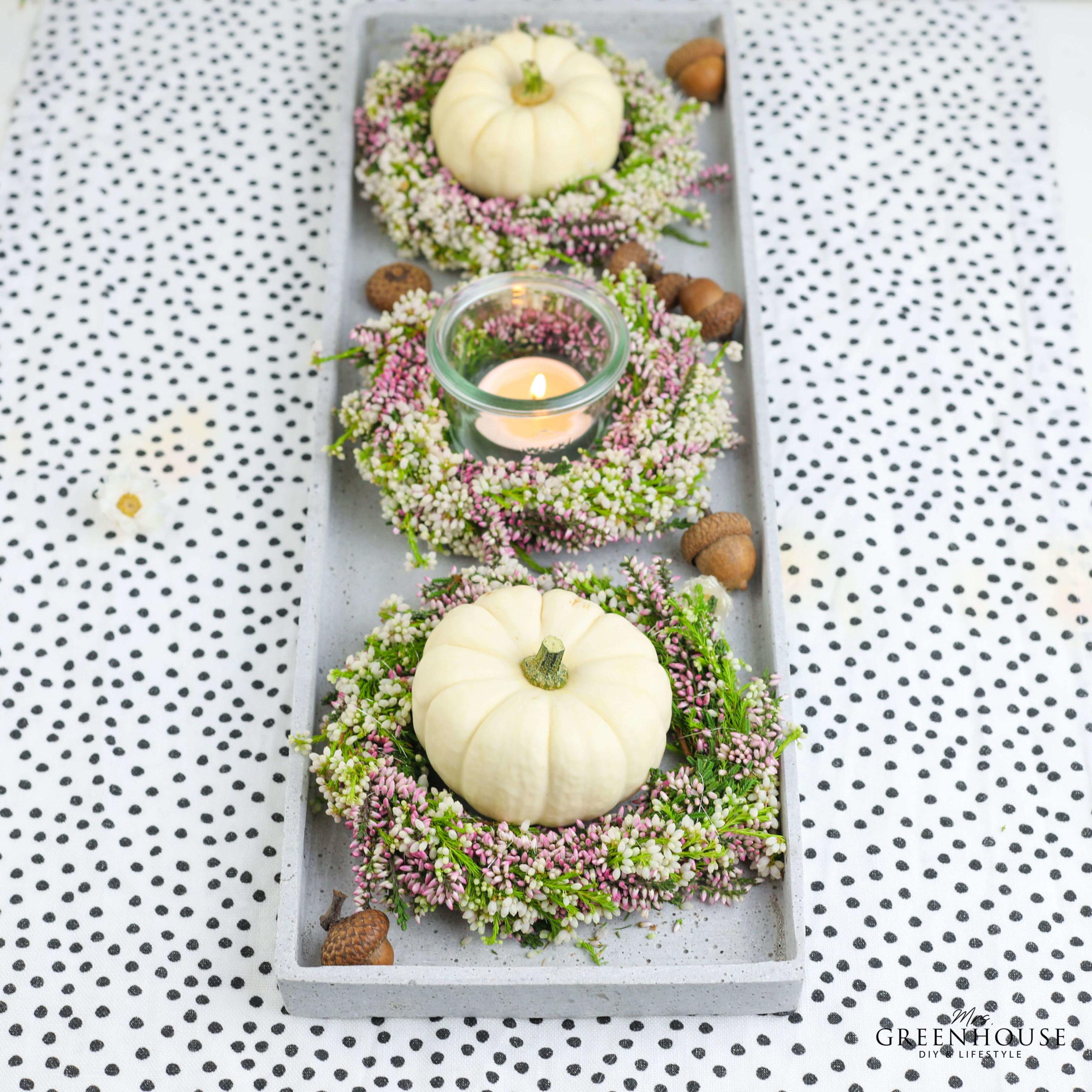 Tischdekoration mit Heidekränzen und Baby Boo Kürbissen