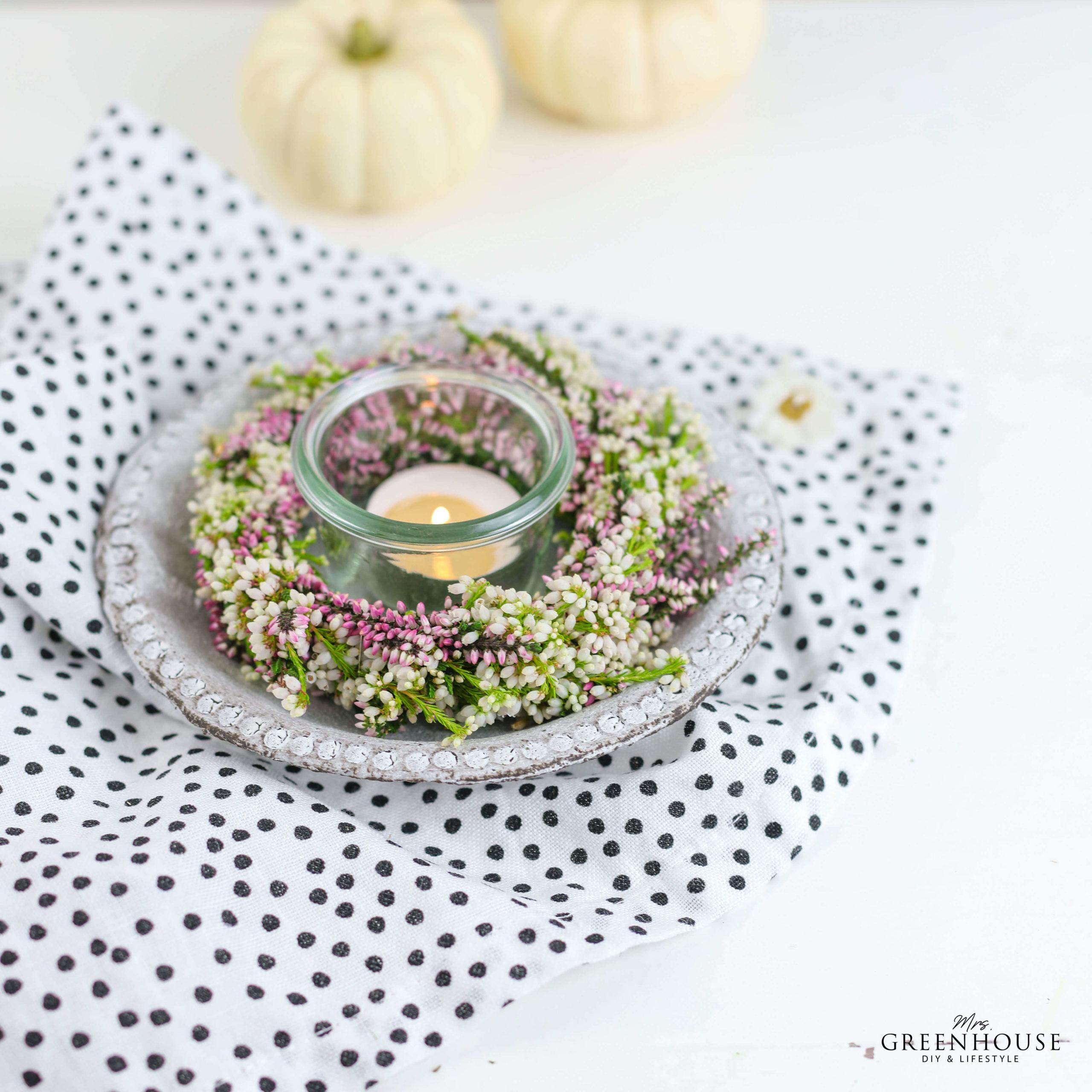 Heidekränze mit Kerze als Tischdekoration