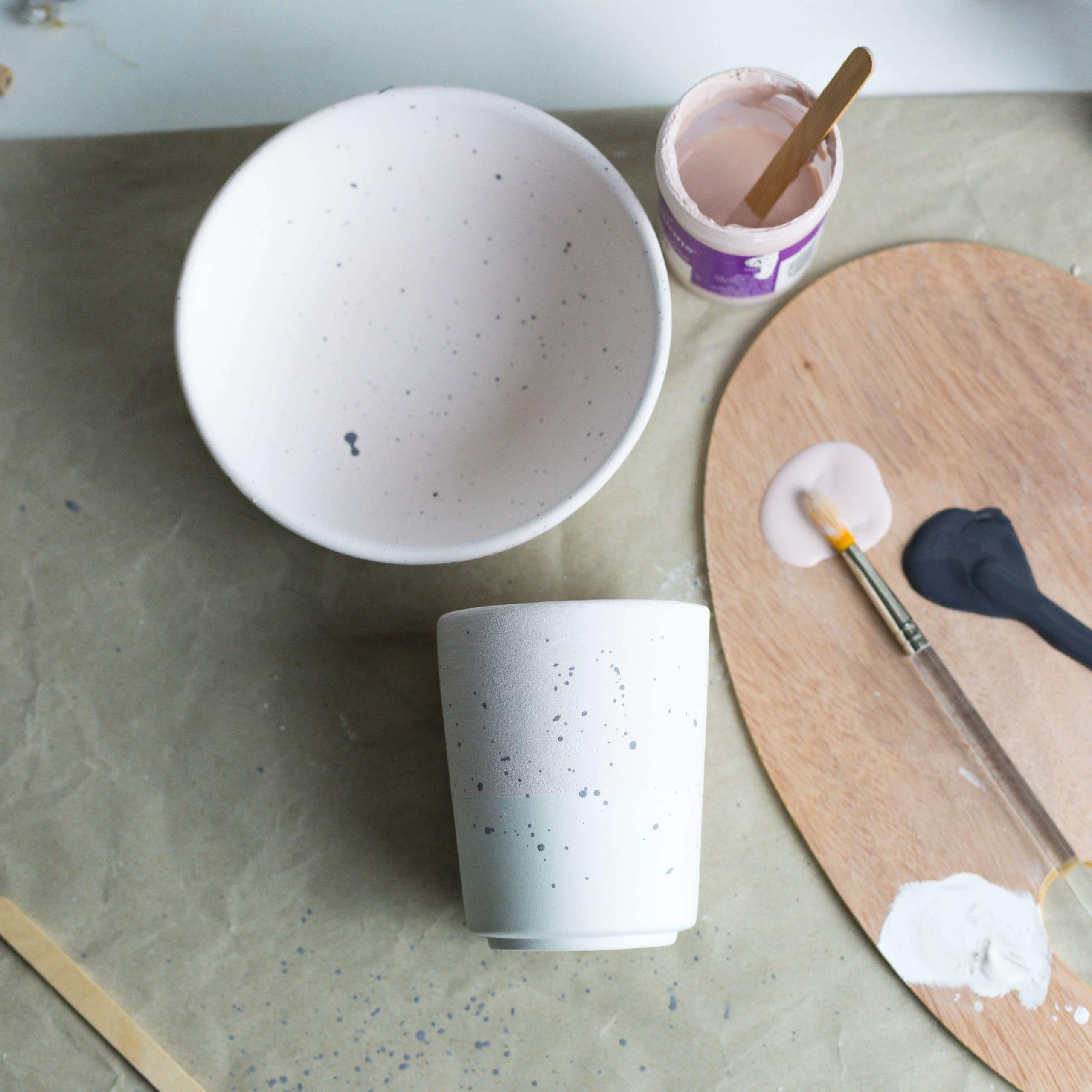 Keramik mit Sprenkeln verzieren