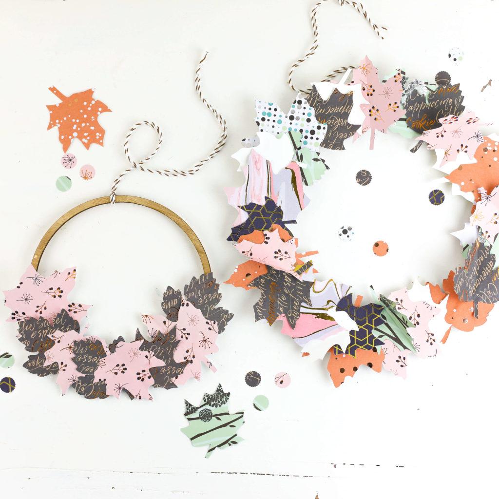 Band an Dekokränze mit Blättern aus Papier kleben