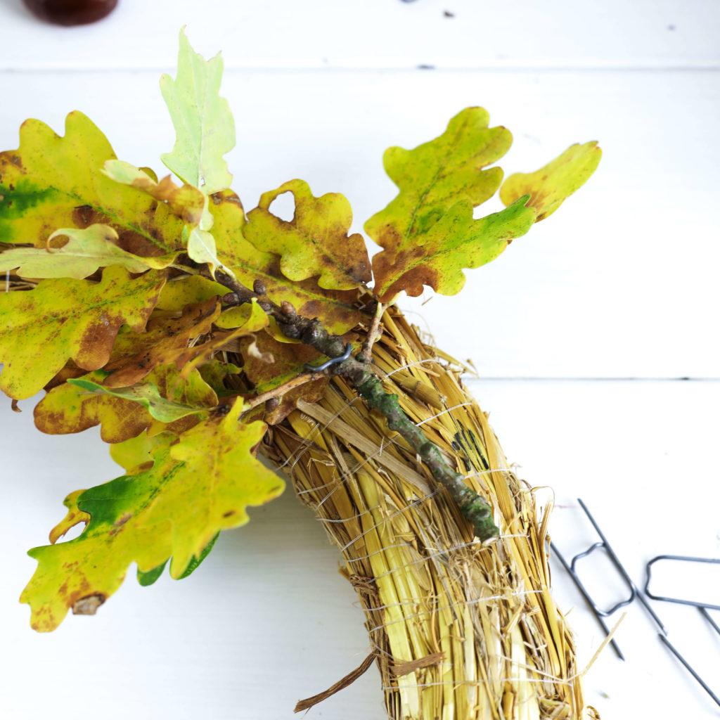 Blätter mit Floristenhaften an den Strohrömer stecken