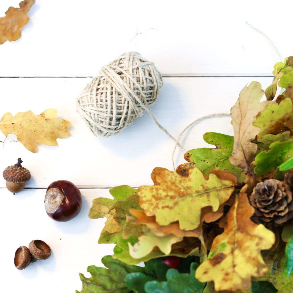 Band an Herbstkranz binden