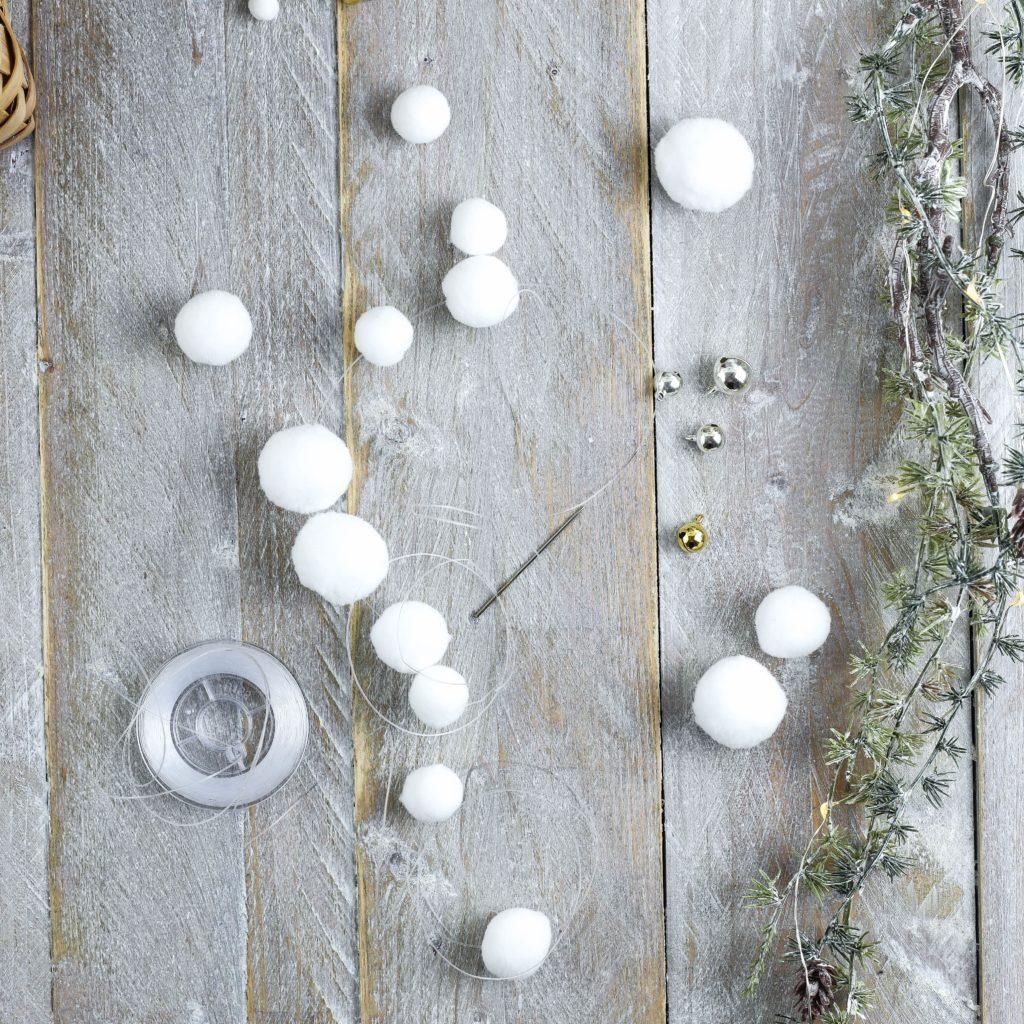 Schneeflocken auf Nylonschnur auffädeln
