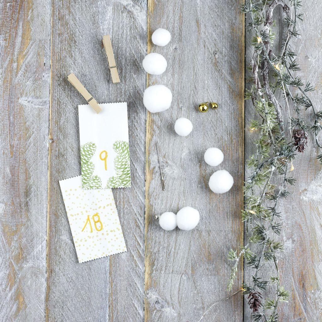 Adventskalender mit kleinen Schneeflocken