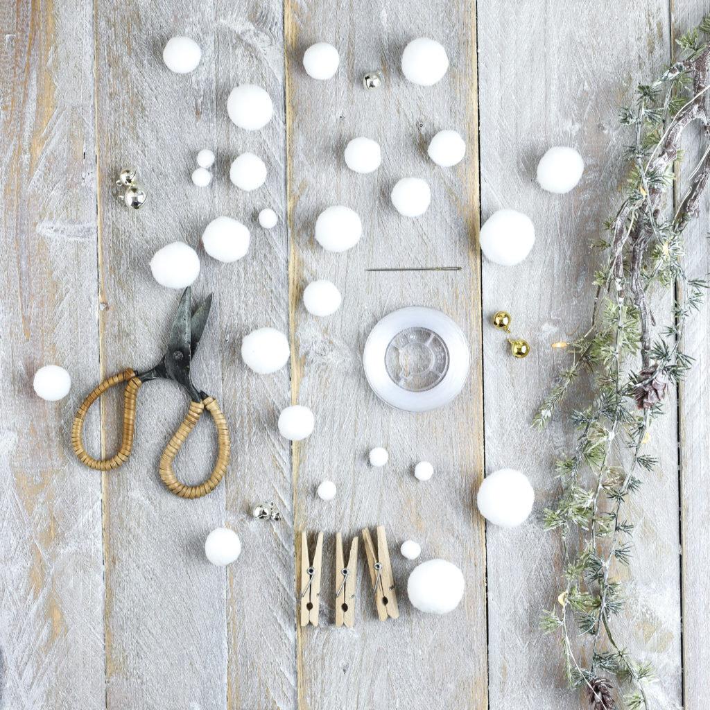 Material für Adventskalender mit kleinen Schneeflocken