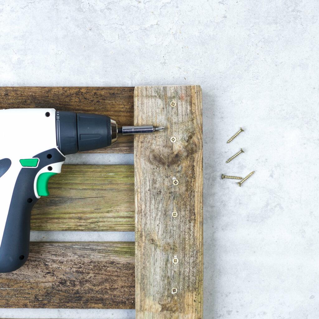 Holzleisten für Tassen Wandregal verschrauben