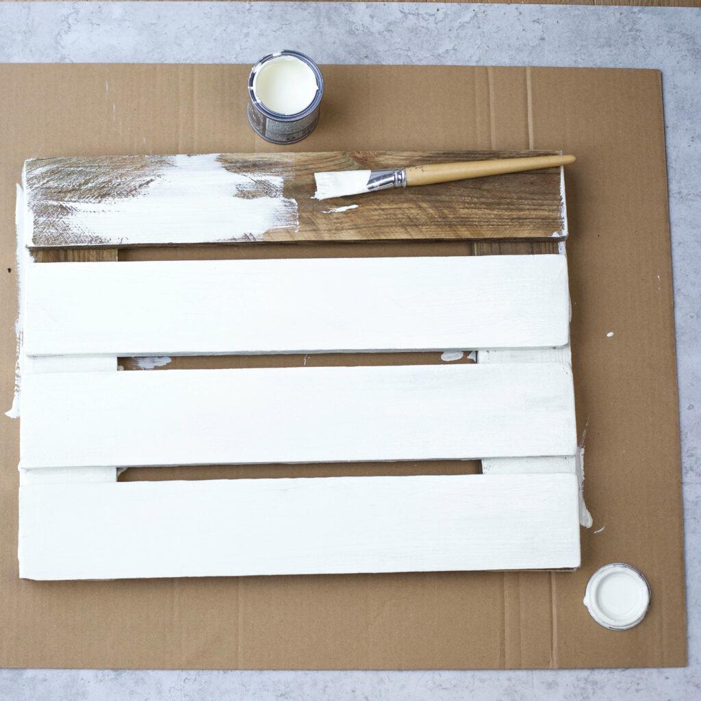 Holzleisten für Tassen Wandregal mit Farbe anmalen
