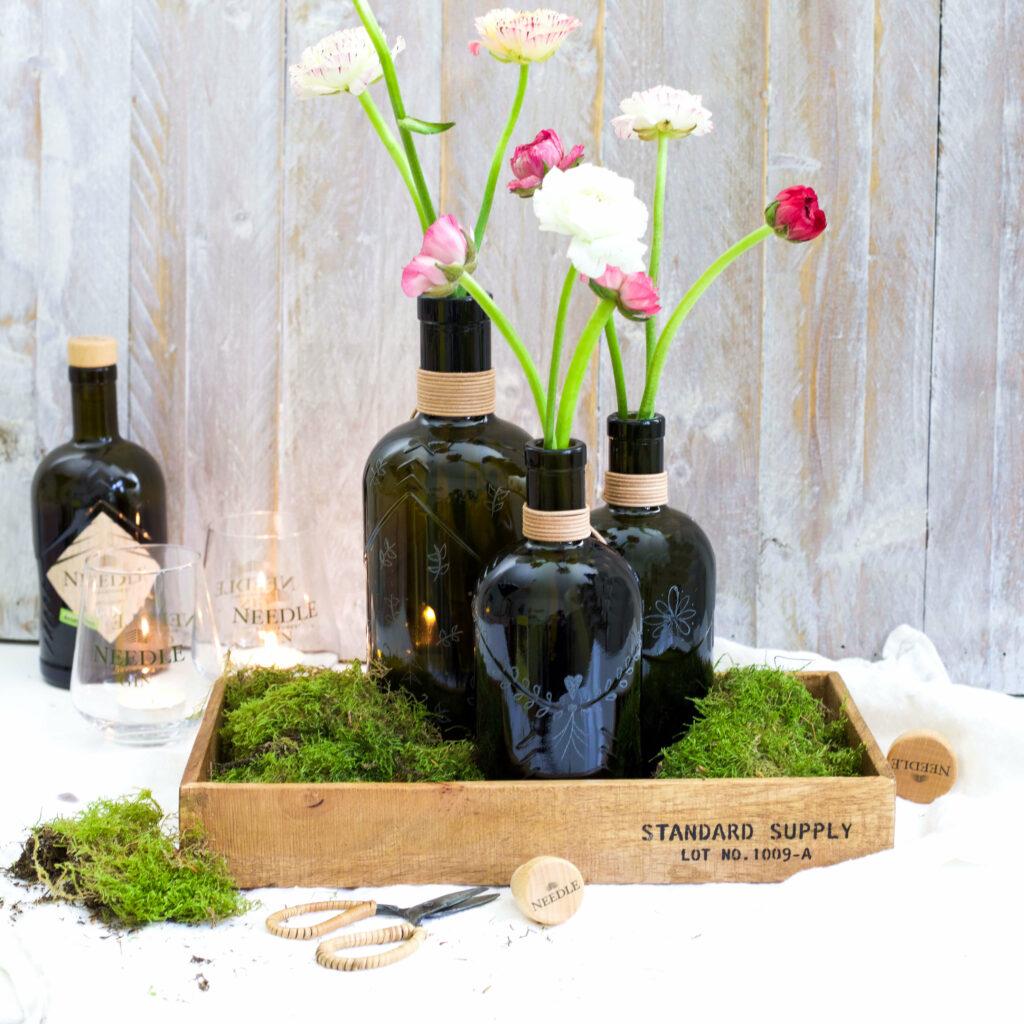 Gravierte Flaschen mit Blumen dekorieren