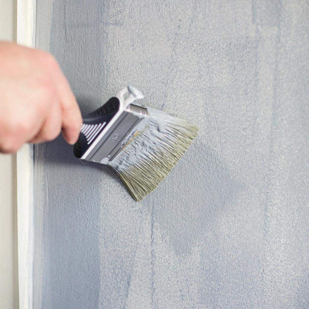 Wand mit kalksteinfarabe streichen