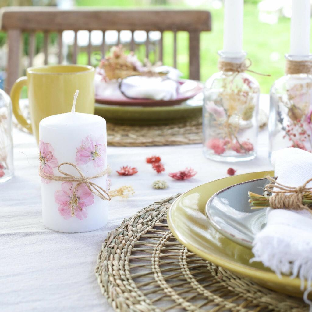 Kerze mit getrockneten Blüten verzieren