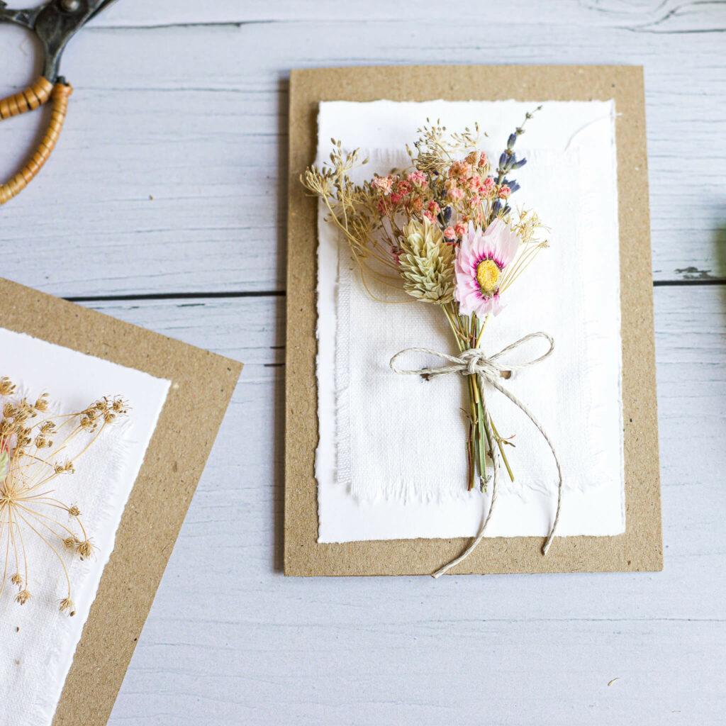 Karte mit Trockenblumen