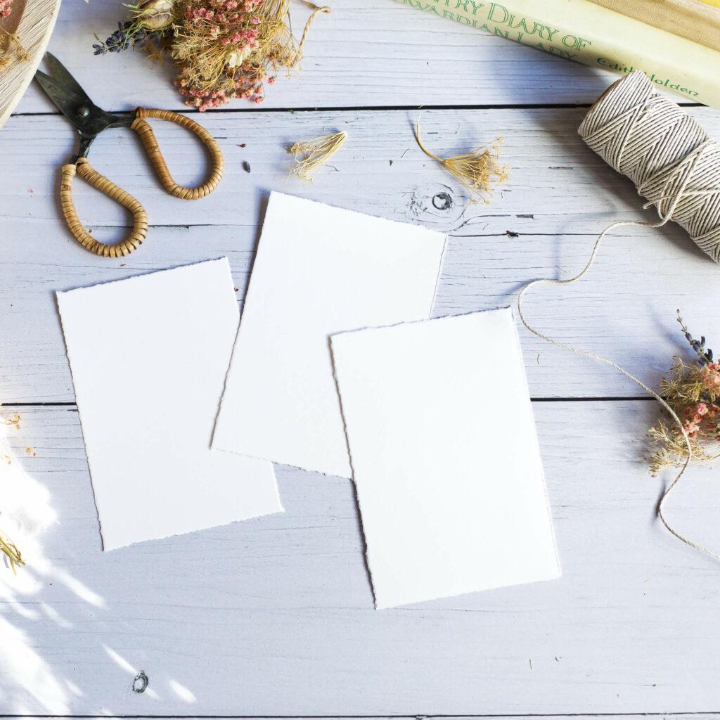 Papierränder mit dem Lineal anreißen