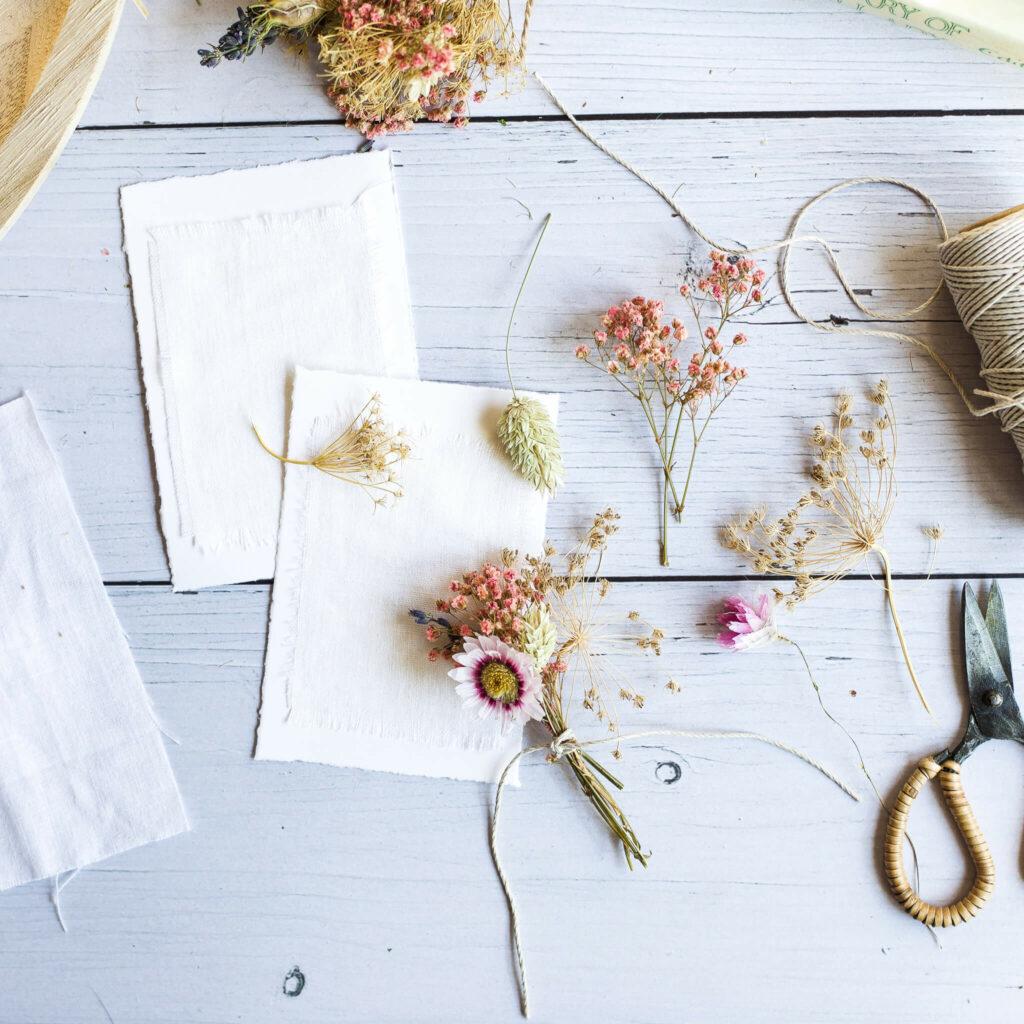 Karten mit Trockenblumen basteln