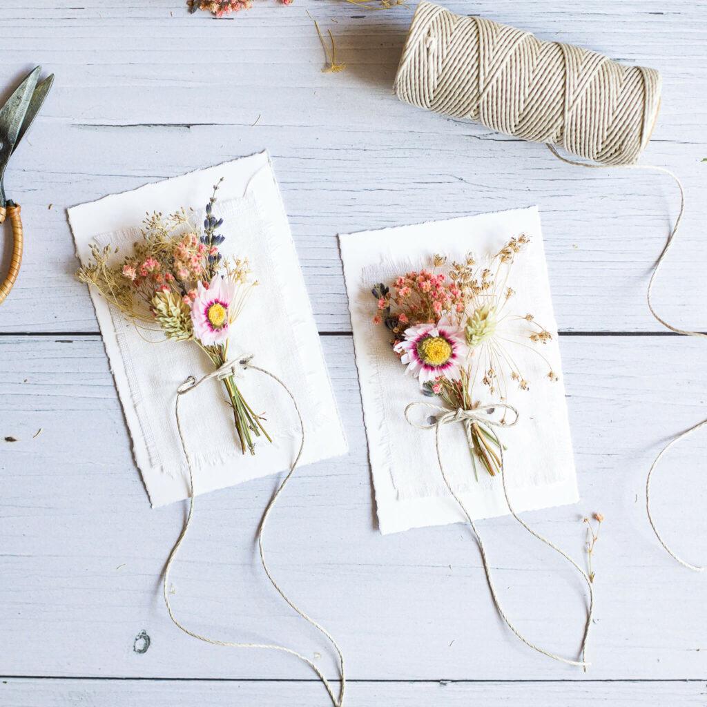 karten mit Trockenblumensträußen zum Muttertag