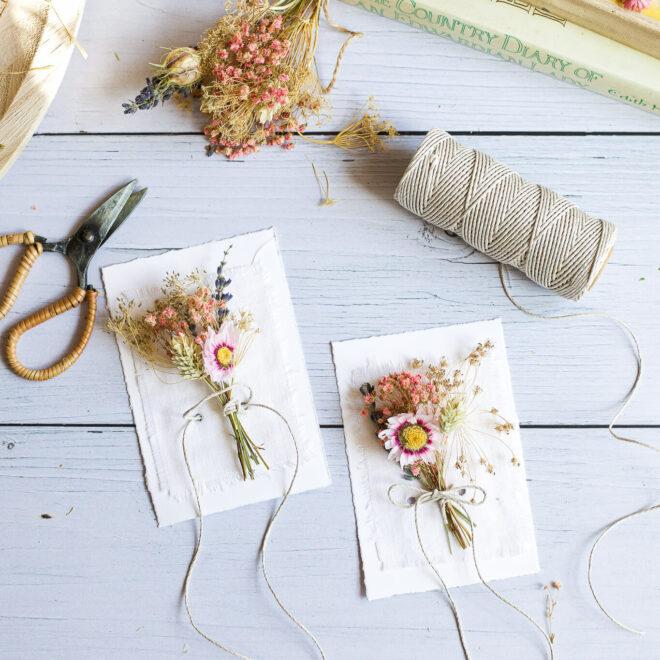 Karten mit Trockenblumen die