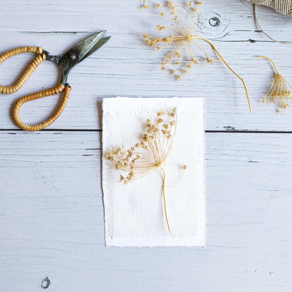 Karte mit Trockenblumen zum Muttertag basteln