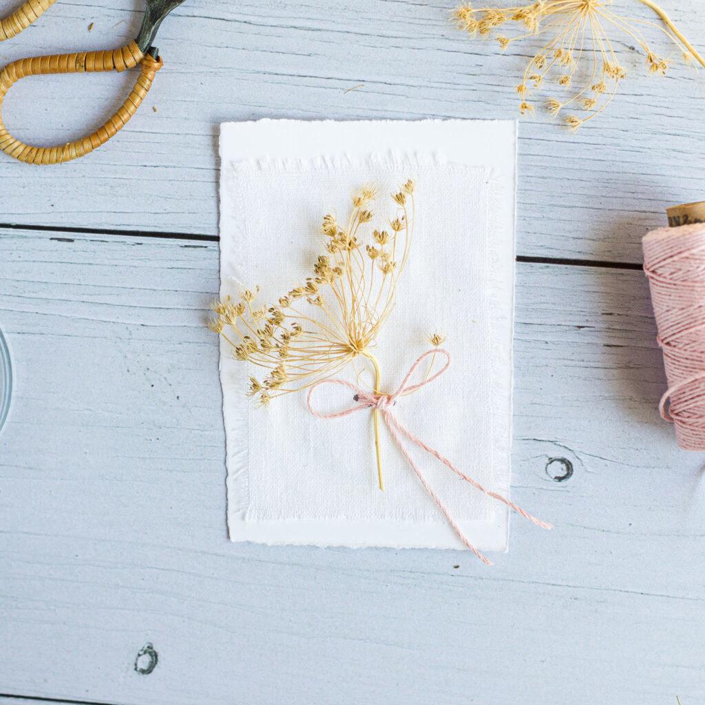 Karte mit Trockenblumen zum Muttertag
