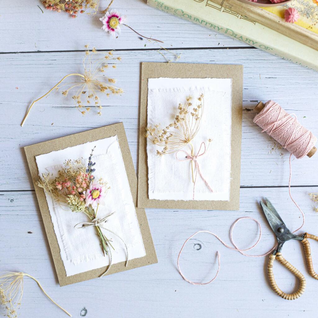 Karte mit Trockenblumensträußen zum Muttertag