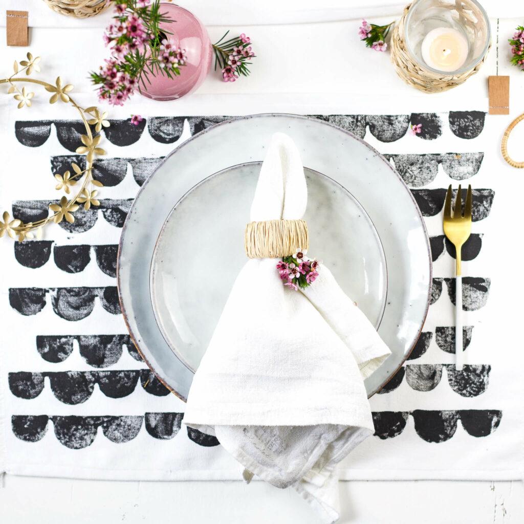 Stoffdruck mit selbst gemachten Stempeln für Tischset im Skandi Look