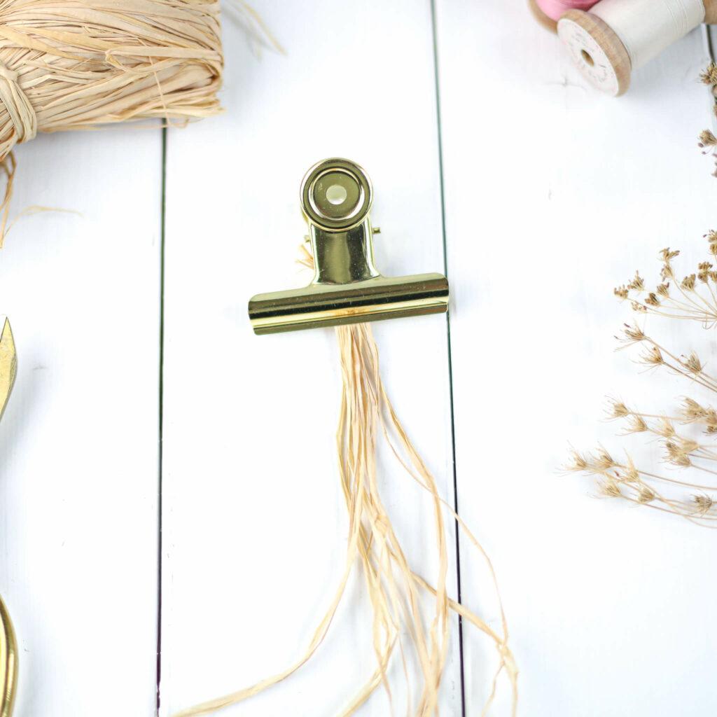 Naturbast Bänder zu Zöpfen flechten