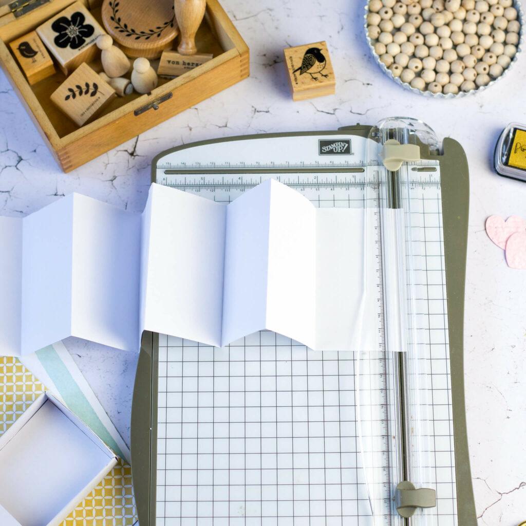 Papier falten für Geschenkidee in der Streichholzschachtel