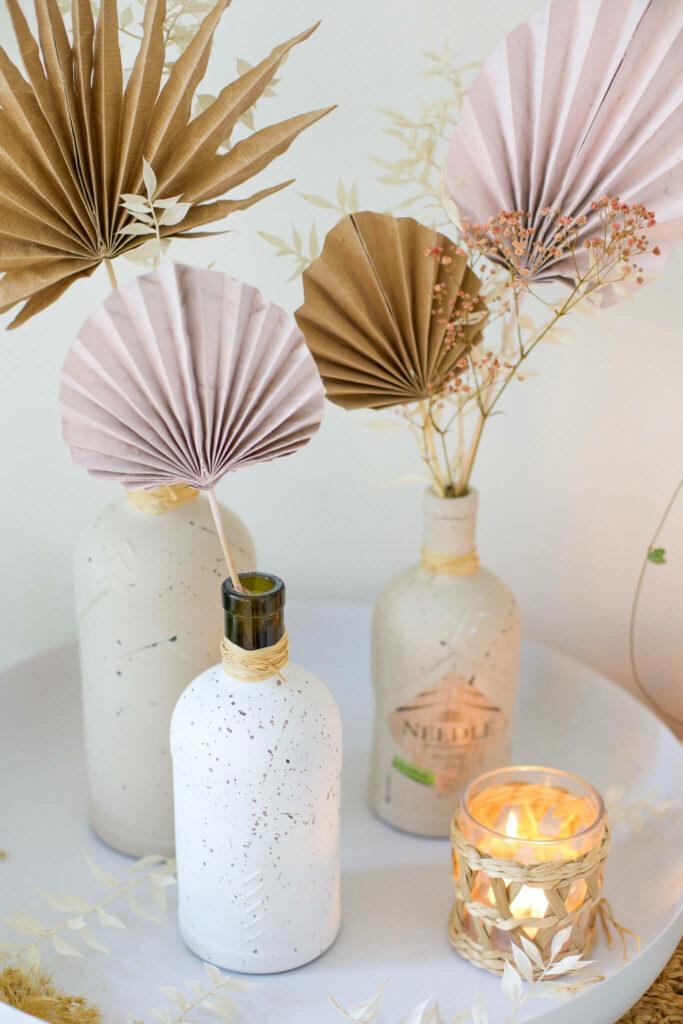 Ginflaschen Upcycling - Vasen im Sprenkel Look DIY