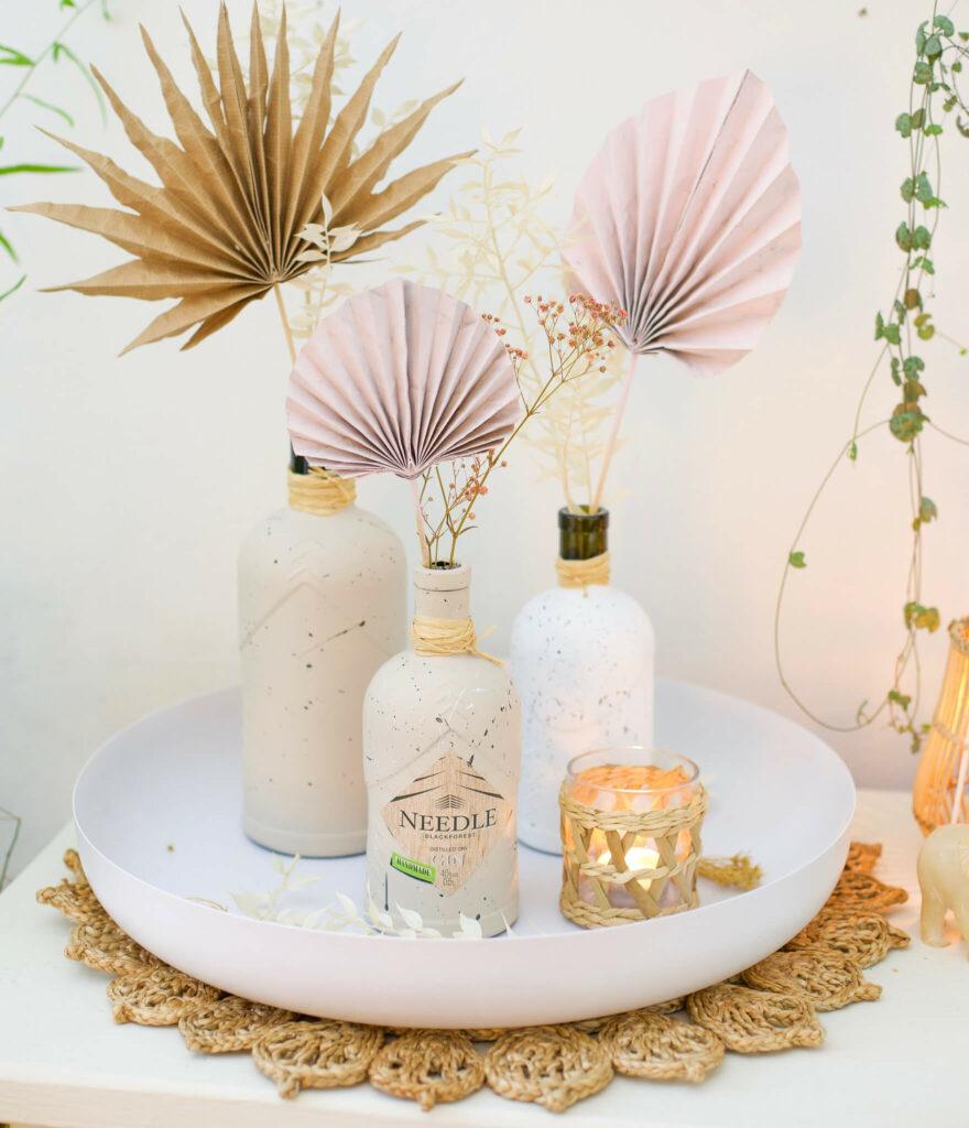 Ginflaschen Upcycling Vasen im Sprenkel look