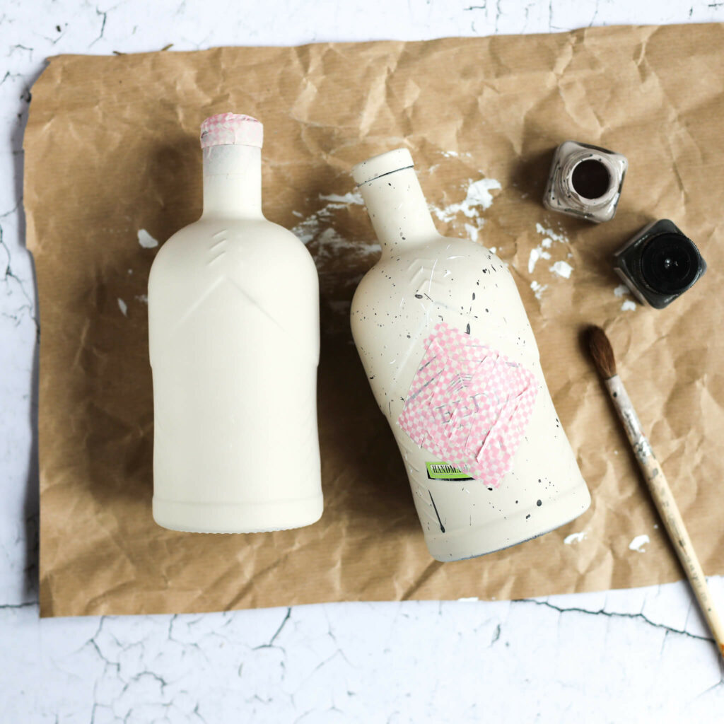 Ginflaschen mit Farbe besprenkeln