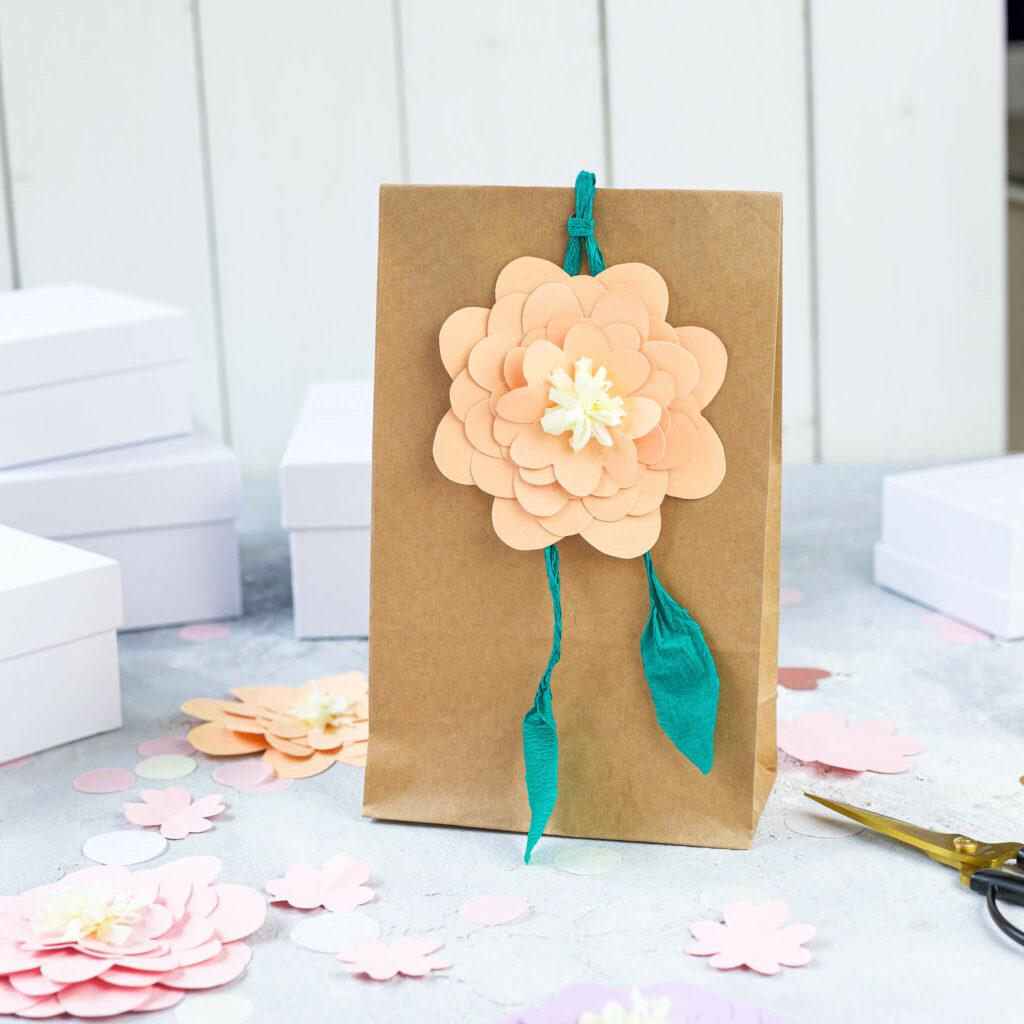 Verpackungsidee mit Papierblumen